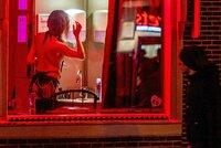 """""""S ohledem na sexuální pracovnice."""" Amsterdam zakáže skupinové prohlídky známé čtvrti"""