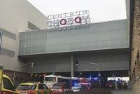 Evakuace hypermarketu a pěti prodejen v OC Chodov: Do ovzduší se dostala nebezpečná chemikálie