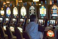 Důchodce ze Zlína si vymyslel přepadení: Peníze naházel do automatu