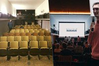 Neotřelá filmová plavba: Slovák otevřel v Holešovicích Kinoloď, nabízí filmy i živou hudbu
