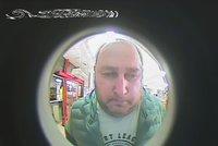 Pozor, vyletí ptáček! Bankomat vyfotil zloděje, který vybral z cizího účtu 18 tisíc