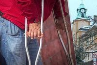 Po záhadné injekci ochrnul a dodnes nemůže chodit bez berlí. Miroslav (76) viní děčínskou nemocnici