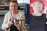 """Teroristka Iva Janžurová se zbraní v ruce: Pálila ostrými! V kině ale řešila """"pupek"""""""