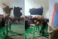 Šílenství v Číně: Dvě děti zemřely, když vichr odnesl skákací hrad!