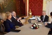 """Zeman dal prezidentovi Rakouska """"čupr"""" pohorky a potykali si. Ivana obhlédla palác"""