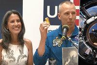 Astronaut NASA a milovník Krtečka je v Česku. Co trápí jeho krásnou ženu?