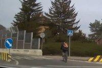Nametený cyklista (41) svištěl přes blikající přejezd! Měl pech, stáli u něj policisté