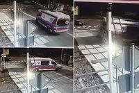 Řidič sanitky zpanikařil na přejezdu: Při střetu s vlakem zemřeli dva lidé