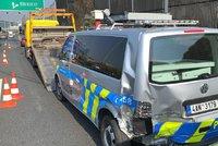 Na kraji dálnice D1 to schytala policejní dodávka. Při řešení nehody do ní nabourali