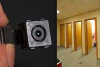 Vysoce postavený úředník šmíroval kolegy. Kameru ukryl na záchodech, hrozí mu rok za mřížemi