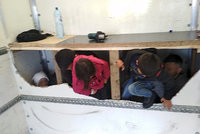 Policisté našli v náklaďáku na D1 13 migrantů! Tísnili se za falešnou přepážkou