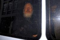 """""""Jste narcista!"""" Zakladatele WikiLeaks vyvlekli v Londýně z úkrytu a zatkli kvůli znásilnění"""