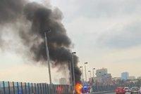 Požár na Jižní spojce blokoval dopravu: Hořelo tu nákladní auto, tvořily se kolony
