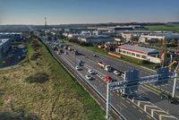 Na dálnici D1 za Prahou se uzavřel sjezd. Kamion tu najel na překážku a prorazil si nádrž