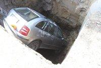 Auto na Jarově se zaseklo v díře: Spadlo do metrového výkopu pražských vodovodů