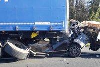 Hororová nehoda na D5: Vůz zaklíněný pod kamionem, bourali i hasiči