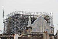 """Po ohni ohrožuje Notre-Dame i voda. Katedrálu ochrání provizorní """"deštník"""""""