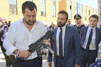 Italský ministr vytáhl po uniformách i samopal. Salvini to za kampaň schytal