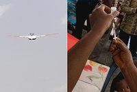 Léky, vakcíny a krev budou rozvážet drony. Lidé si mohou zásilku objednat SMS zprávou