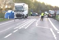 Smrtelná nehoda na Karlovarsku: Hořící vůz zablokoval tah na Prahu