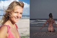 Svůdná meditace Houdové na pláži: Úplně nahá a ověšená vánočními světýlky!
