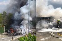 Kamion s dvěma tanky se srazil s vězeňským autobusem! 1 mrtvý, od Pražského okruhu se valil dým