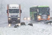 Německo v květnu zasypal sníh, silničáři museli vyjet uklízet dálnice