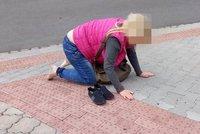 Sesula se vedle kočárku s batoletem (2): Totálně opilá matka nadýchala 3,5 promile