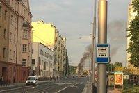 Černá oblaka nad Holešovicemi: V pilíři Libeňského mostu hoří odpad