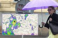 Bouře nad Prahou: Hromy a potoky vody, sledujte radar. Chladno bude až do středy