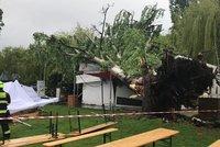 Bouře nad Prahou: Liják a padající stromy, sledujte radar. Chladno bude až do středy