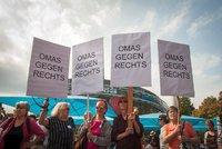 """""""Koukejte, babičky!"""" V Rakousku bojují s populisty seniorky, objíždí demonstrace"""