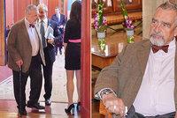 Unavený Schwarzenberg poprvé po operaci na veřejnosti: Zdříml si a laškoval s hosteskou