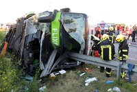 Na dálnici se autobus překlopil na bok: Desítky zraněných!