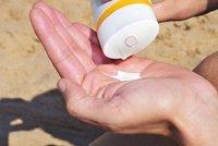 """Pozor na staré """"opalováky"""": Může se vnich tvořit rakovinná látka, varuje studie"""