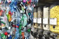 Nakupování bez obalu i nebezpečné dotáčení vody do PET lahví: Češi bojují s plasty