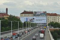 Nelegální reklama u Nuselského mostu: Řízení o jejím odstranění běží už 5 let. Obrazovka dál svítí na řidiče