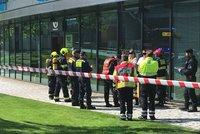 Podezřelý balíček na poště v Jinonicích: Žena se nadýchala neznámé látky, musela do nemocnice!