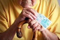 Důchodci si polepší od ledna o devět stovek měsíčně. Zeman podepsal novelu o penzích