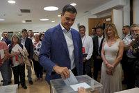 """Volby v rozhádaném Španělsku ovládl premiér""""fešák"""". Posílí pravice"""