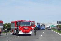 D1 u Průhonic zablokovala nehoda: Pro zraněného letěl vrtulník, na Brno se jezdilo jedním pruhem