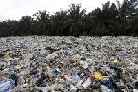 """""""Lhali nám."""" Tuny plastů ze supermarketů končí v džungli, i odpad z Tesca"""