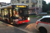 Nehoda v pražských Košířích: Autobus tam naboural tři auta