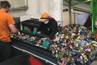 Mixér i hasicí přístroje: Co všechno Pražané vyhodí do nádoby na kovy? Podívejte se, jak se plechovky zpracovávají