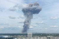 Výbuchy v továrně na zbraně zranily 43 lidí. Další exploze nehrozí, uklidňují úřady