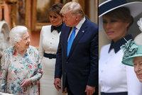 Trump dostal od královny pera, protestů si nevšiml. A Melania s Camillou se sladily do bílé