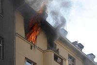 Evakuace domu v Bubnech! Při mohutném požáru se zranily čtyři děti i tři hasiči
