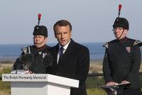 Oslavy Dne D se přesunuly do Francie. Pietu zahájil Macron, Trump dorazí na hřbitov