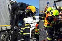 Nehoda autobusu s kamionem u Litovle: Čtrnáct dětí skončilo v nemocnici