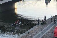 Mastná skvrna na hladině Vltavy! Je kilometr dlouhá, na Masarykově nábřeží zasahují hasiči
